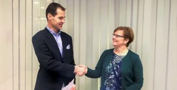 Blom Kartta Oy:n toimitusjohtaja Peter Mero ja Liikenneviraston projektipäällikkö Heidi Mäenpää allekirjoittivat sopimuksen.