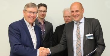 Vasemmalta Schenker Oy:n toimitusjohtaja Göran Åberg ja CFO Tom Bäckman sekä Liedon kunnan vt. toimialajohtaja Ari Blomroos ja kunnanjohtaja Esko Poikela.