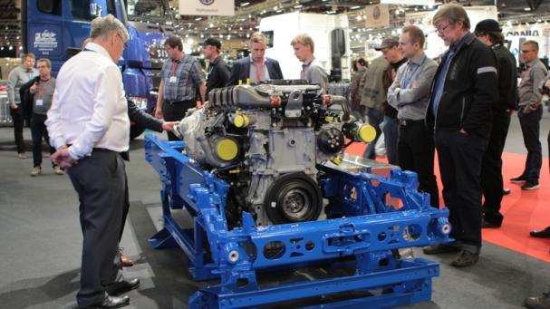 HÄMMÄSTYTTÄÄ. Kuljetusväki ihmetteli Sisun sähköllä ja dieselillä käyvää hybridimoottoria. Prototyypin testeissä dieseliä on säästynyt viisi litraa sadalla kilometrillä eli reilu kymmenen prosenttia rekan keskimääräisestä normikulutuksesta.