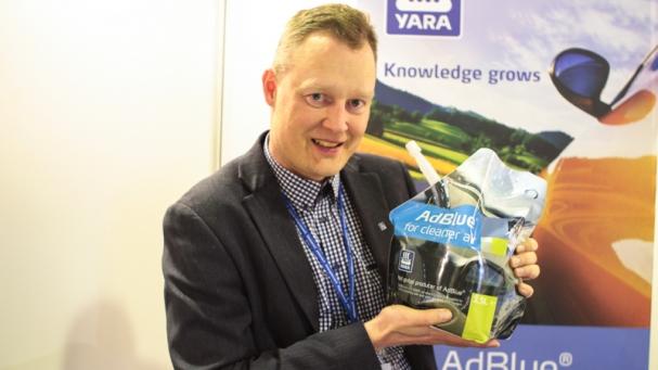 VEDELLÄONVÄLIÄ. Yara valmistaa Valkeakoskella dieselin puhdistusainetta vedestä ja ureasta. Juha Sarlundin mukaan suomalainen puhdas vesi on kilpailuvaltti myös kansainvälisillä markkinoilla.