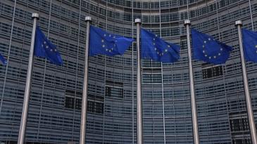 Bryssel: Autojen päästöjä leikattava 30 prosenttia