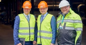 Espoon kaupunginjohtaja Jukka Mäkelä (vas.), Fortumin toimitusjohtaja Pekka Lundmark ja HSY:n toimitusjohtaja Raimo Inkinen tapasivat Suomenojan voimalaitoksella.