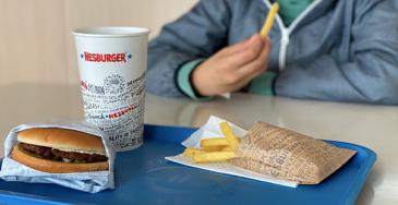 Kuljetuslaatikoista syntyi 19 000 tarjotinta Hesburger-ravintoloihin