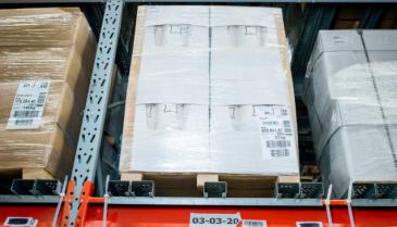 """""""Robotti tuo oikean hyllyn poimijan luokse. Kun poimija on ottanut hyllystä tavaran, robotti palauttaa hyllyn paikalleen"""", Suomen Ikean logistiikkajohtaja Juha Taskinen sanoo."""