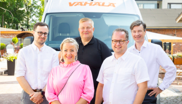 Eturivissä Vähälä Yhtiöiden Tiina Salonen ja Ville Vähälä, takarivissä vasemmalta Janne Vähälä sekä DB Schenkerin CEO Petteri Nurmi ja CFO Tom Bäckman.