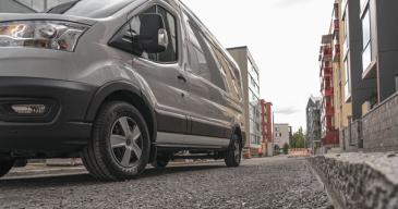 Maksimoi pakettiautonrenkaiden kestävyys ja käyttöikä: kiinnitä huomiota rengaspaineisiin sekä renkaiden rakenteeseen ja säilytykseen.