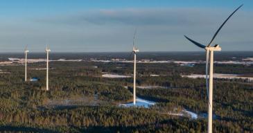 Lestijärven tuulipuiston kokonaisteho tulee olemaan noin 400 megawattia ja voimaloiden kokonaiskorkeus enintään 240 metriä.