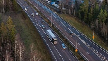 Testissä käytettävät kuorma-autot kuljettavat Scanian omia tuotteita osana yrityksen normaalia logistiikkaa ja ajoneuvot ovat osa Scanian kuljetuslaboratorion kalustoa.