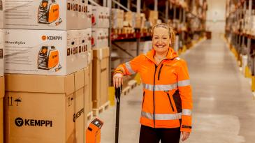 """""""Yrityksen liiketoiminta on vastuullista, kun sen arvot, sanat ja teot ovat linjassa toistensa kanssa"""", sanoo Alfaroc Logisticsin toimitusjohtaja Tiia Bister."""