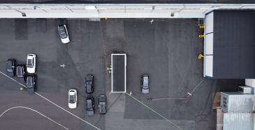 Autoja ohjaa Unikien tehdasalueelle luoma älykäs infrastruktuuri, jossa anturit ja pilvipohjainen tiedonkäsittely mahdollistavat ajoneuvon ja alueen välisen viestinnän