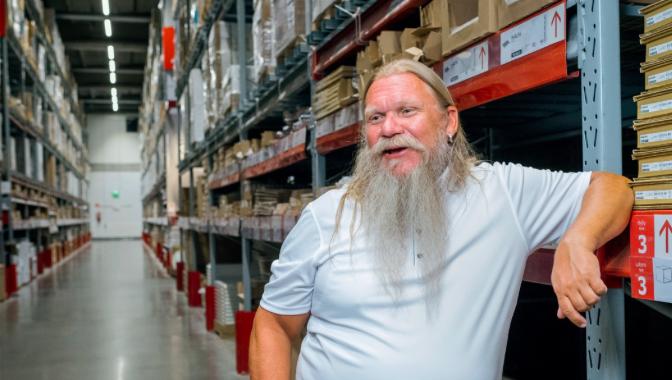 Suomen Ikean logistiikkajohtaja Juha Taskinen kertoo, että varastorobotti tuo oikean hyllyn poimijan luokse. Poimijan otettua hyllystä tavaran robotti palauttaa sen paikoilleen.