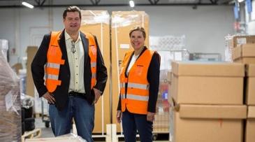 Kuvassa Transvalin toimitusjohtaja Risto Vilo ja Postin logistiikkaratkaisujen johtaja Sari Helander