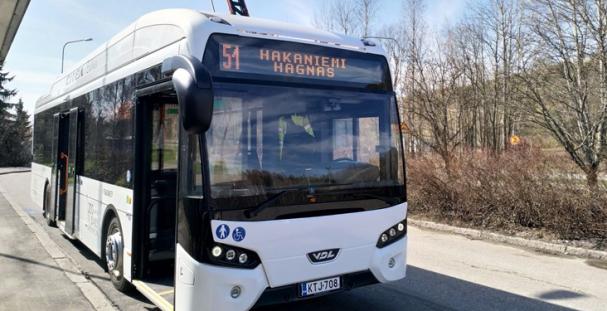 VDL:n Citea SLF-120 Electric -sähköbussi kuljettaa asiakkaita Pohjolan Liikenteen operoimalla HSL:n linjalla 51 Hakaniemen ja Malminkartanon välillä.