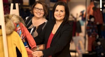 Reiman logistiikkajohtaja Katariina Kaisla (vasemmalla) ja Varovan avainasiakas-ja kehitysjohtaja Niina Ilveskivi-Tuomala korostavat sujuvan yhteistyön tärkeyttä.