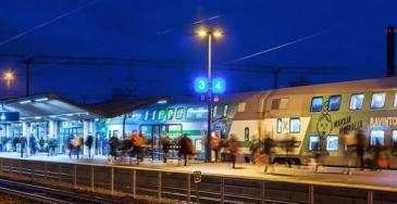 Juna ja ihmisiä Kouvolan asemalla