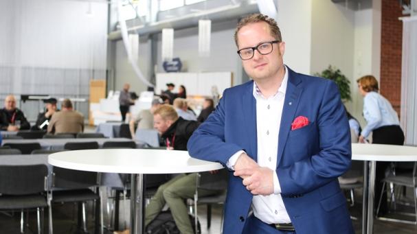 """ROHKEASTIYHDESSÄ. Resursseja on varattava kokeiluihin, eikä tulevaisuuden yhteiskunnassa voi tehdä kaikkea yksin"""", sanoi Vähälä-yhtiöiden toimitusjohtaja Ville Vähälä Kuljetus 2017 -tapahtuman LOGYn foorumitapahtumassa."""
