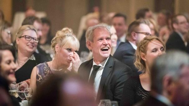 NYT PETTI POKKA. Lufthansa Cargon maajohtaja Mika Seppälä ja hänen seuralaisensa Päivi Pitkänen nauttivat koomikko Joonas Nordmanin huumorista.