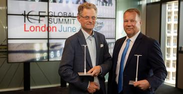 LuxTurrim 5G-hanketta vetävä Nokian johtaja Juha Salmelin ja Espoon kaupunginjohtaja Jukka Mäkelä vastaanottivat maailman älykaupunki -palkinnon Lontoossa vuonna 2018.