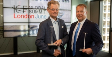 LuxTurrim 5G-hanketta vetävä Nokian johtaja Juha Salmelin ja Espoon kaupunginjohtaja Jukka Mäkelä vastaanottivat arvokkaan tunnustuspalkinnon Lontoossa.