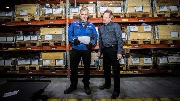 VARASTOSSA. Nummela käy usein varastossa moikkaamassa vuosikymmeniä talossa työskennellyttä Timo Viljasta.