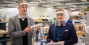Kuvassa Screentecin teknologiajohtaja Mikko Paakkolanvaara ja toimitusjohtaja Antti Tauriainen yhtiön tuotantotiloissa Oulussa.