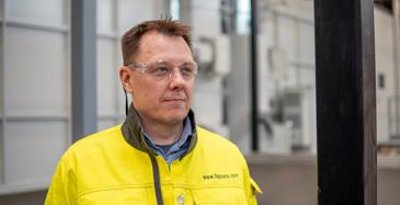 FSP:n toimialajohtaja Juha Granholm yhtiön uudella maalauslinjalla Raisiossa.