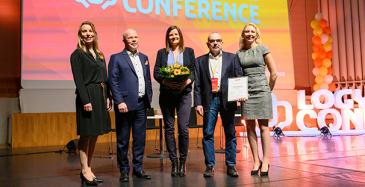 Kuvassa vasemmalla Anna Aminoff, LOGYn palkintovaliokunnan puheenjohtaja, Markku Henttinen, LOGYn toimitusjohtaja, Espoon kaupungin hankintajohtaja Ari Erkinharju sekä kehittämispäällikkö Veera Lavikkala ja LOGY Conferencen juontaja Taru Lindeman.
